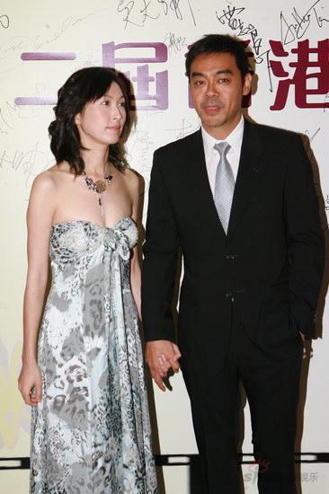 图文:金紫荆颁奖--刘青云携夫人亮相轻吐舌头