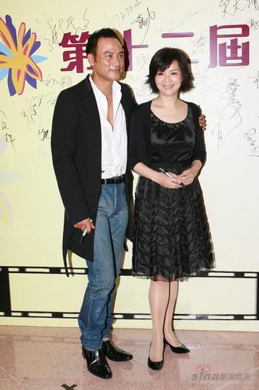 图文:金紫荆颁奖--任达华与陈玉莲黑装搭配