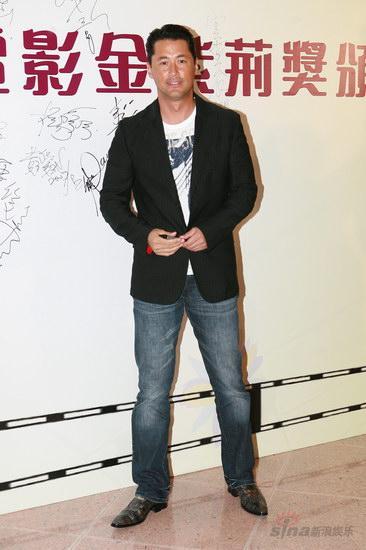 图文:金紫荆颁奖--王敏德西装配仔裤很干练