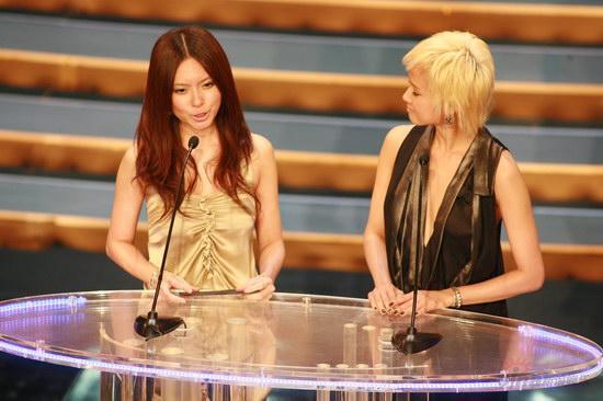 图文:金紫荆颁奖--2R颁发最佳新演员奖