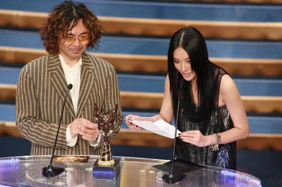 图文:金紫荆颁奖--颜联武和李茏怡宣布获奖者