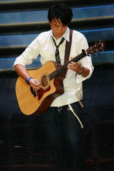 图文:金紫荆颁奖--A-Day吉他弹奏《菊花台》
