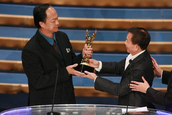 图文:金紫荆颁奖--刘家良为狄龙颁卓越成就奖