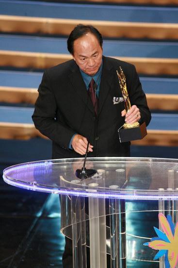 图文:金紫荆颁奖--狄龙获卓越成就奖手拿奖杯