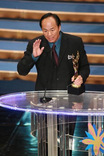 图文:金紫荆颁奖--狄龙获卓越成就奖谈体会