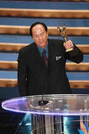 图文:金紫荆颁奖--狄龙获卓越成就奖高举奖杯