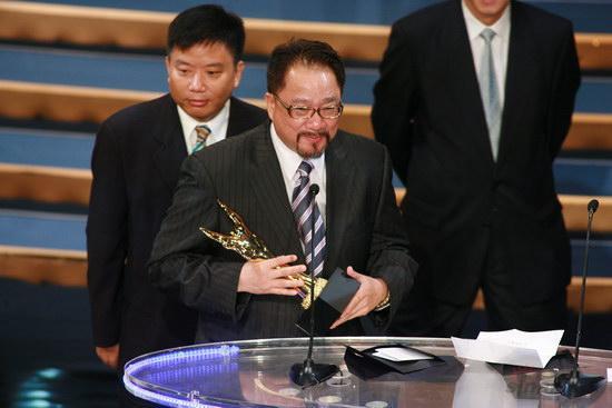 图文:金紫荆颁奖--最佳影片奖获得者上台领奖