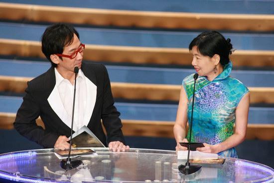 图文:金紫荆颁奖--张达明红眼镜继续搞笑