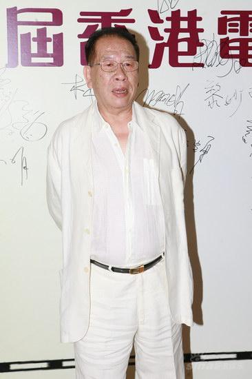 图文:金紫荆颁奖红毯--陈文辉亮相白衣飘飘