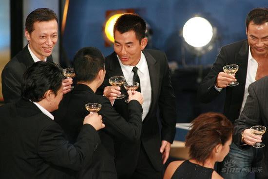 图文:金紫荆颁奖酒会--任贤齐与好友畅饮