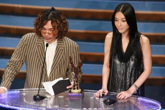 图文:金紫荆颁奖--颜联武和李茏怡宣布获奖人