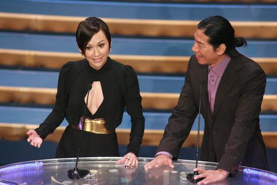 图文:金紫荆现场--余安安张耀扬正在颁奖