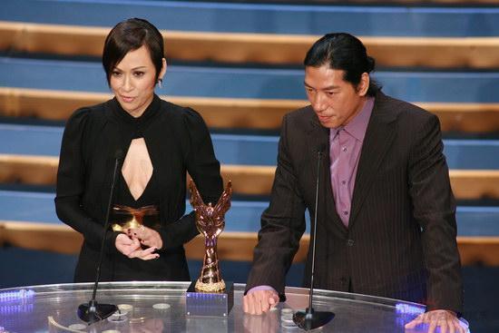 图文:金紫荆现场--余安安和张耀扬宣布获奖者