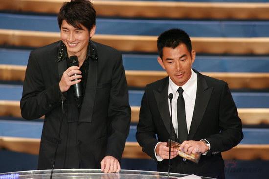 图文:金紫荆颁奖--任贤齐颁发最佳电影歌曲奖