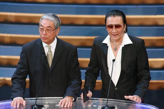 图文:金紫荆颁奖--曾江和谢贤颁发最佳男主角