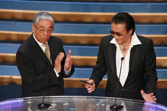 图文:金紫荆颁奖--曾江和谢贤风度翩翩