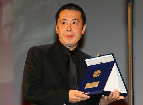 图文:贾樟柯获地平线单元纪录片奖上台领奖