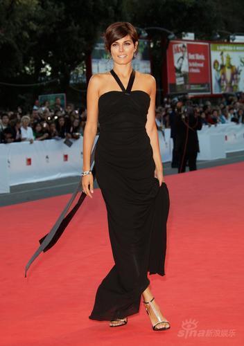 组图:意大利女星维拉里亚黑色露肩礼服亮相