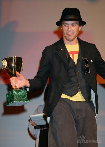 图文:希斯-莱吉尔代表《我不在场》上台领奖