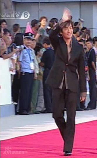 图文:男明星突破传统着装-苏有朋