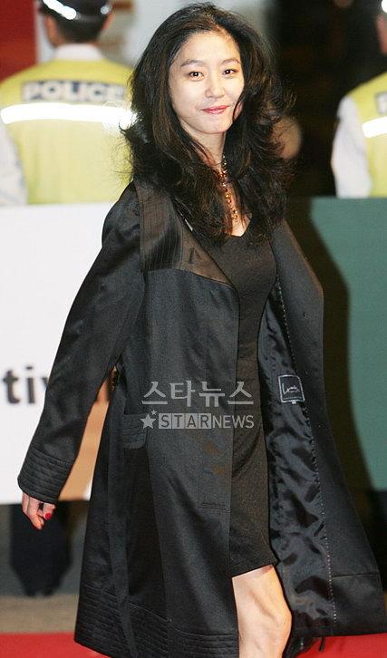 图文:韩国老牌女星金素善亮相釜山红毯显端庄