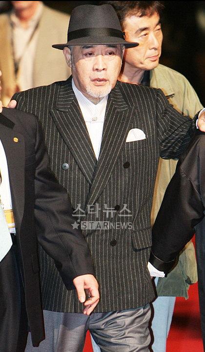 图文:韩国老牌演员金希拉釜山坚持走红毯