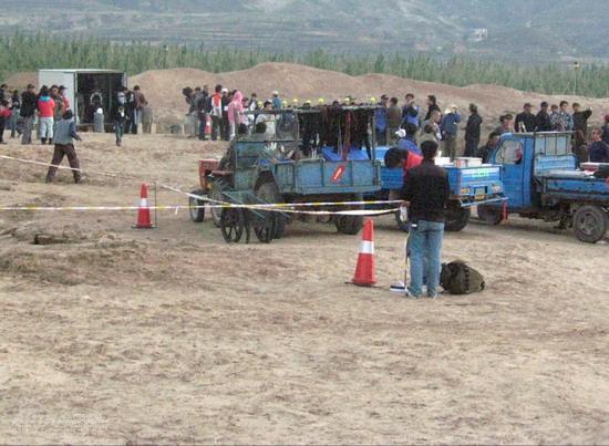 图文:《木乃伊3》河北片场--工作人员紧张忙碌