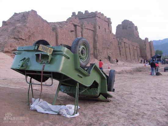 图文:《木乃伊3》河北片场--吉普车翻在地上