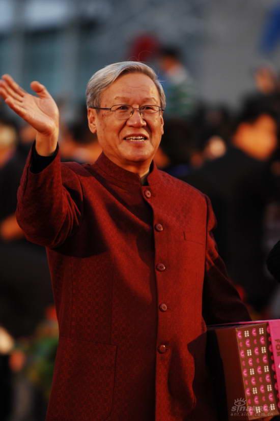 图文:金鸡百花电影节红毯--谢飞神清气爽