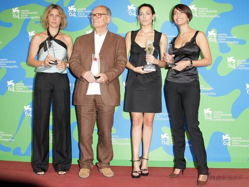 意大利女星劳拉、卡特琳娜分获单项大奖(组图