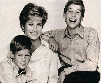 资料图片:戴安娜与两个儿子--开心的威廉王子