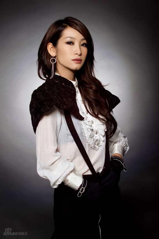 资料图片:秦海璐精美写真--帅气背带装