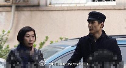 胡东与一女子同行 现身街头