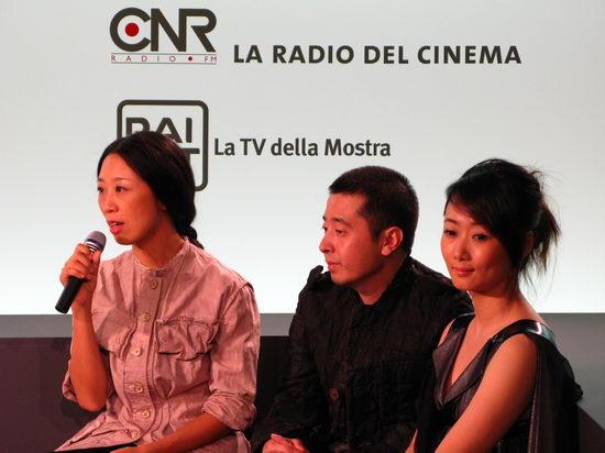 主角马可(左一),贾樟柯(左二)和赵涛接受记者意大利电视台采访图片