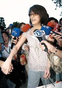 胡瓜被暂缓释放女友丁柔安率先出狱躲避记者
