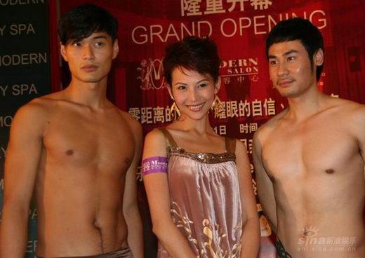 蔡少芬上海出席活动与赤裸猛男亲密接触(组图)