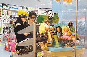 张柏芝产后首度出游全家出动商场购物(附图)