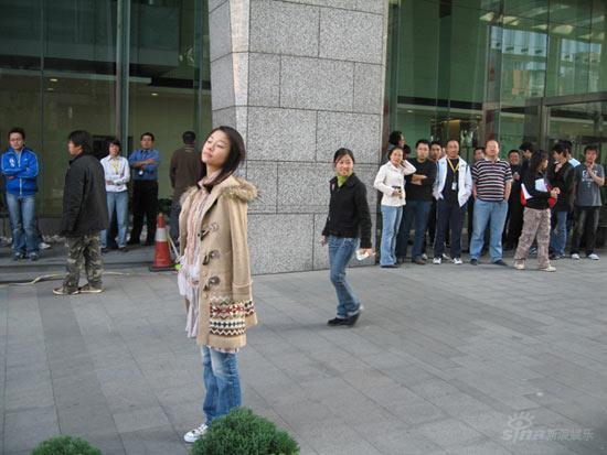 林心如钟汉良闹市拍车戏众人围观签名拍照(图)