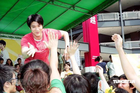 组图:王力宏代言饮品玩排球健康阳光平易近人