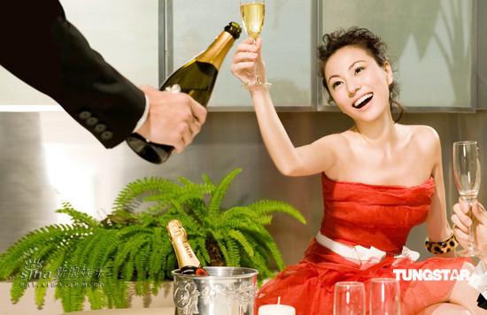 组图:刘心悠化身派对美女拍广告喝酒半醉上阵