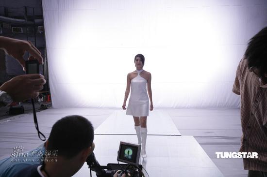 组图:杨采妮性感造型拍广告紧身短裙露肩秀腿