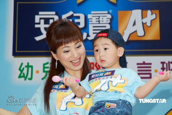 组图:前亚姐罗霖与儿子出席活动玩游戏秀温馨