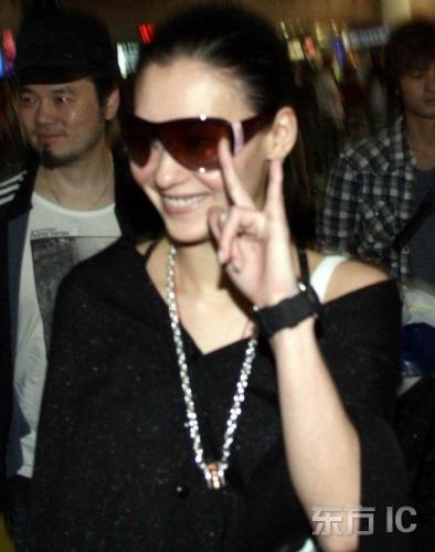组图:张柏芝现身机场引骚动心情爆靓满脸堆笑