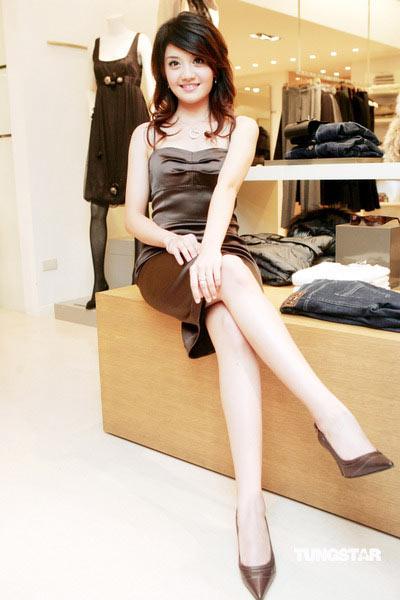 李宣榕短裙秀长腿