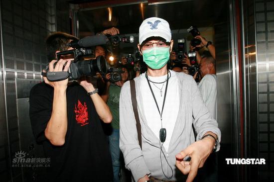 组图:郑少秋父女医院探望肥姐费力挤过人群