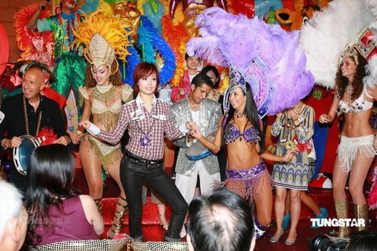 组图:容祖儿与兰桂坊之父嘉年华共跳巴西热舞