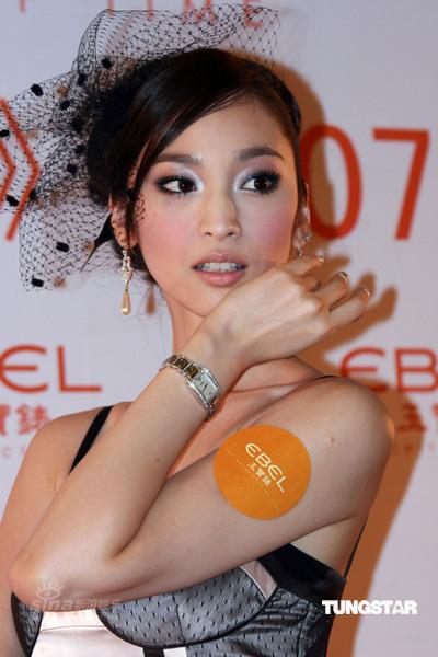 组图:吴佩慈代言腕表低胸装秀美背姿态妖媚