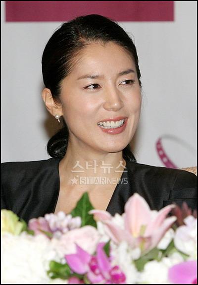 朴尚民举行婚前记者会身着黑色礼服亮相(附图)