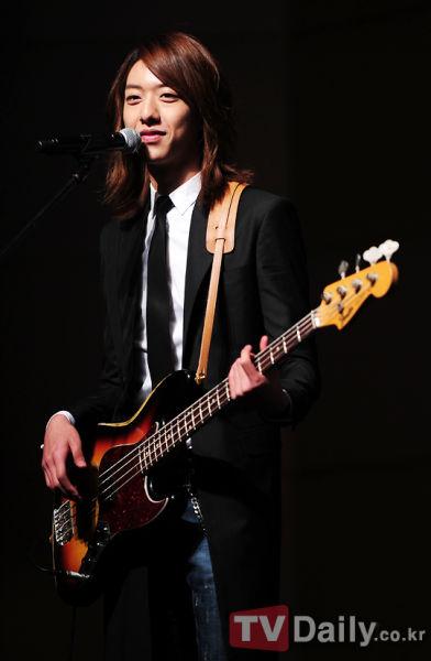 新浪娱乐讯 韩国男子乐团cnblue(微博)成员李正信因187cm的高挑