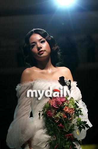 组图:闵孝琳化身模特婚纱走秀做优雅俏丽公主